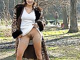 Blinkende Hairy Pussy Bilder von Hot Milf in Public Park
