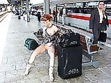 Red Headed Girl in Pussy Bilder Blinken am Bahnhof