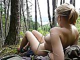 Foto Nudo di donna all'aperto nel bosco